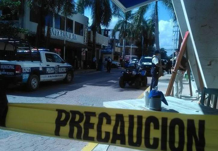 Dos hombres y una mujer fueron privados de su libertad en el interior del bar. (Daniel Pacheco/ SIPSE)