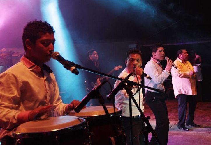 El grupo musical puso a bailar al público hasta la madrugada. (Costería/SIPSE)