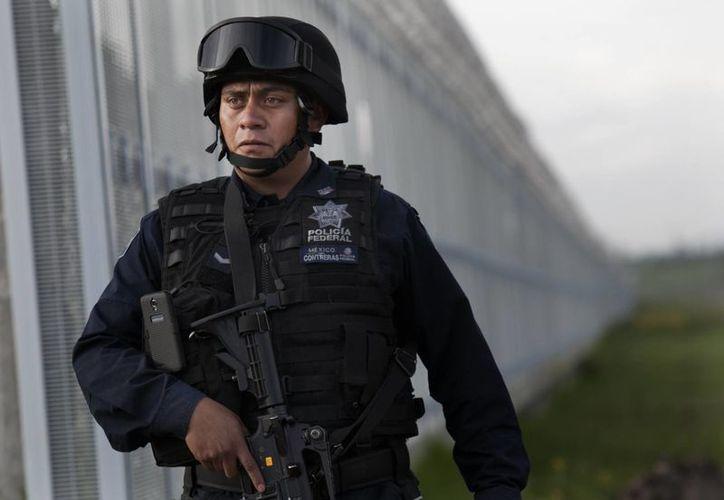 """Un policía vigila el exterior del penal del Altiplano, de donde se fugó Joaquín """"El Chapo"""" Guzmán Loera, el sábado 11 de julio de 2015. (Foto AP)"""