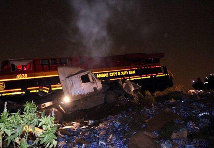 Tras el impacto, al menos unos cinco vagones del tren se salieron de la vía, mientras que las cajas del tráiler quedaron dañadas. (ntrzacatecas.com)