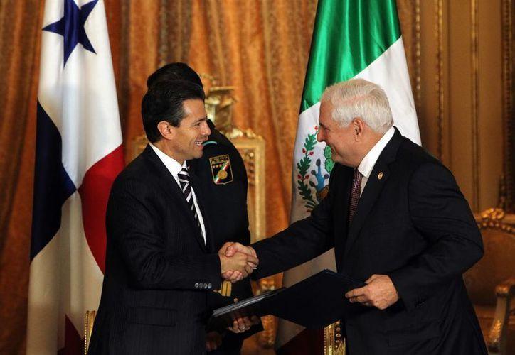 El presidente de Panamá, Ricardo Martinelli (d), estrecha la mano de Enrique Peña Nieto, en el Palacio de las Garzas, en Panamá. (EFE)