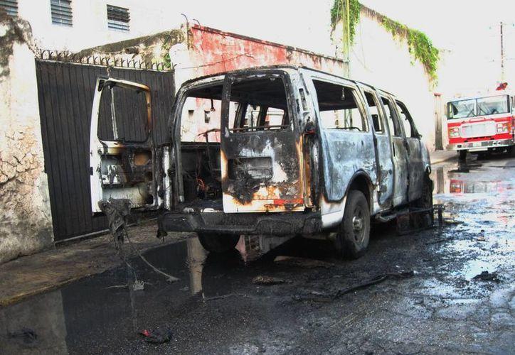 La vagoneta de pasajeros ardió en cuestión de segundos. (Francisco Puerto/SIPSE)