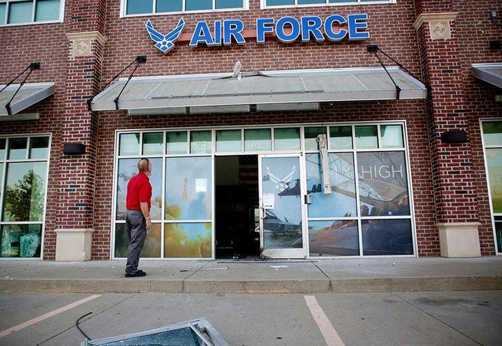 La puerta del centro salió disparada por la explosión y fue a dar a un estacionamiento enfrente de una tienda. (Excelsior)