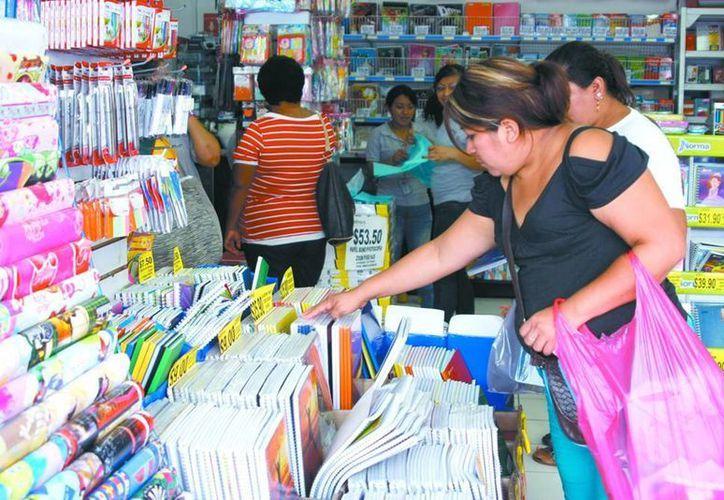 Libreros consideran que las ventas de útiles escolares en este ciclo escolar han superado un 20 por ciento a las de año pasado. (SIPSE)
