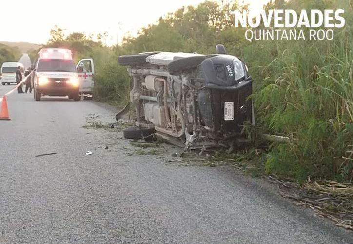 El vehículo quedó a un lado de la carretera y fue acordonado para realizar el peritaje correspondiente. (Redacción/SIPSE)