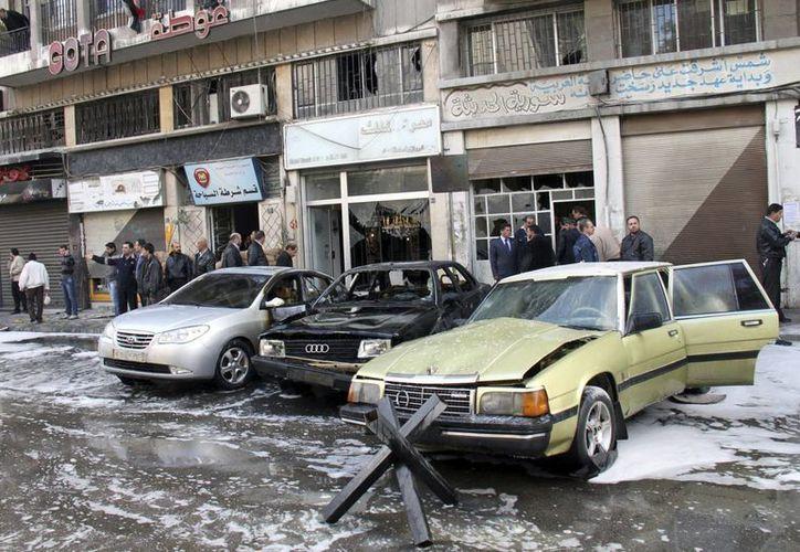 Destrozos en una calle en Damasco después del estallido de dos coches bomba. (EFE/Archivo)