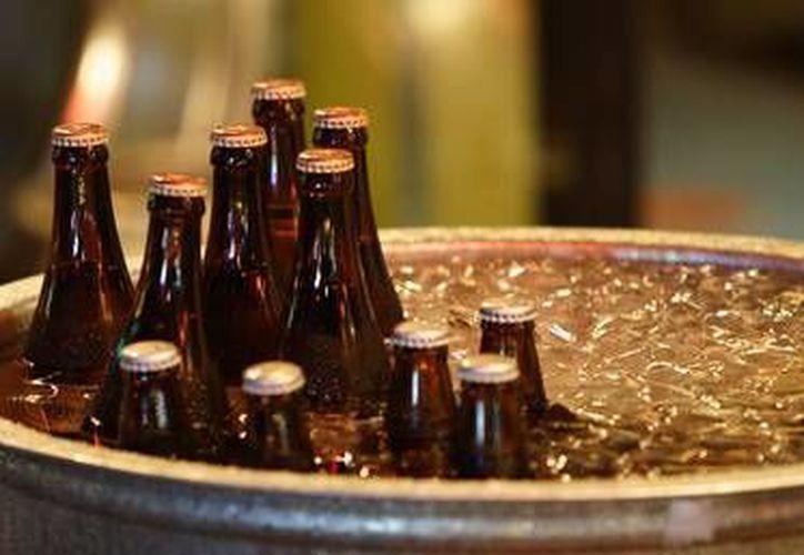 Para enfriar más rápido tus bebidas embotelladas o en lata, solo debes colocarlas en un recipiente con agua, hielo y sal. (experimentos.about.com)