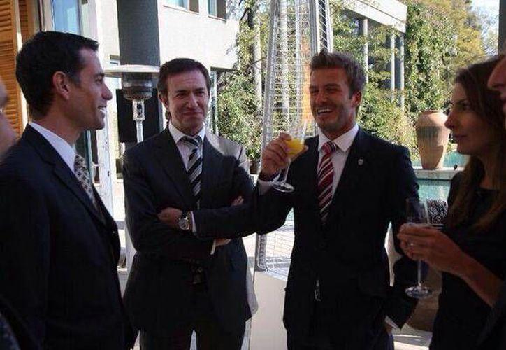 """El empresario Guillermo Tofoni publicó en su cuenta de Twitter esta foto """"Con Diego Bustos izq, y David Beckam derecha"""". (@GuillermoTofoni)"""