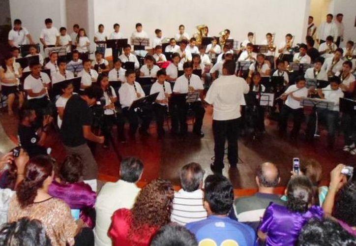 La Banda Sinfónica es dirigida por Abraham Silva Castro. (Redacción/SIPSE)