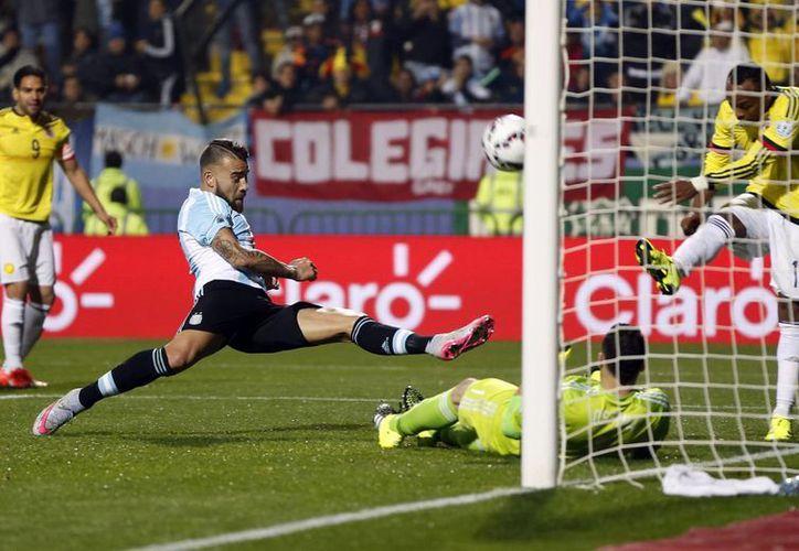 El partido de cuartos de final entre Colombia y Argentina fue muy emocionante en el tiempo regular y en los penales, donde se impuso Argentina. En la foto, Juan Camilo Zúñiga despeja ante el acoso de Nicolas Otamendi. (Foto: AP)