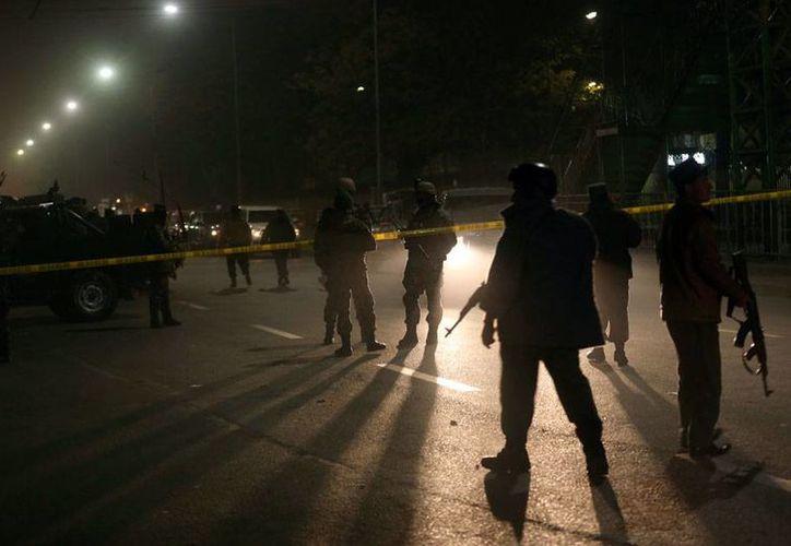 Fuerzas de seguridad revisan la zona de un atentado en Kabul, donde una atacante suicida detonó explosivos que cobraron la vida de 6 soldados. (AP)