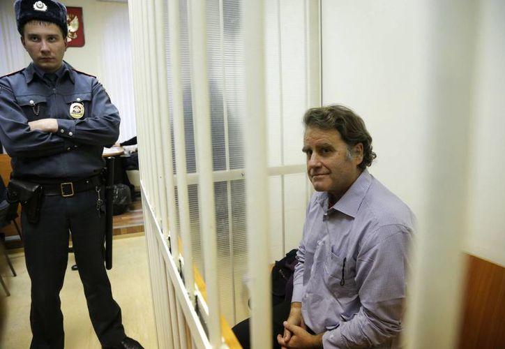 El estadunidense Peter Willcox, activista de Greenpeace Internacional y capitán del buque Arctic Sunrise, asiste a la audiencia en San Petersburgo, Rusia. (Agencias)