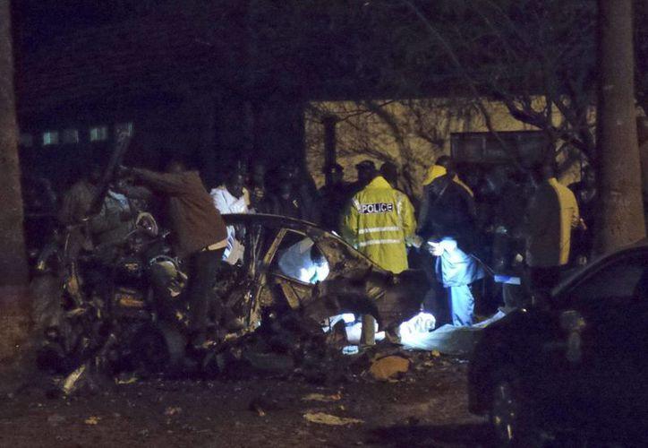 Autoridades keniatas investigan la escena de un atentado anterior en Kenia. (Archivo/EFE)