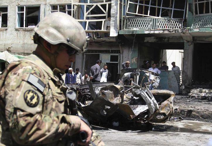 Un soldado estadunidense inspecciona el escenario de un ataque con coche bomba. (EFE)