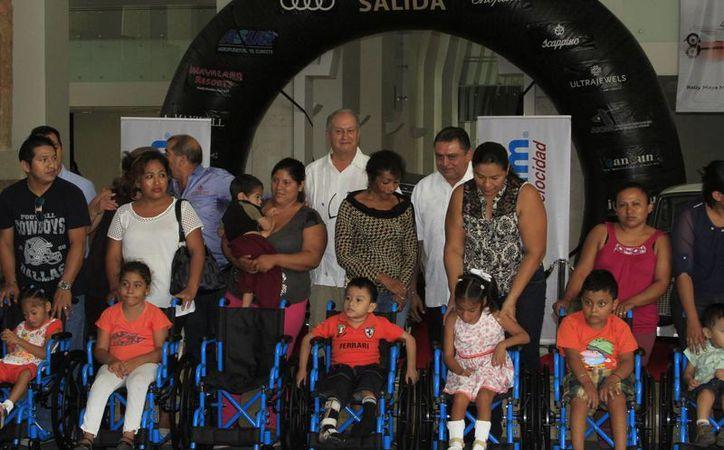 Rally Maya donó 13 sillas de ruedas y tres aparatos auditivos. (Ángel Castilla/SIPSE)