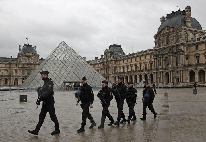 El ataque de este viernes en el museo del Louvre pone en evidencia la amenaza terrorista que acecha constantemente a Francia. (AP/Christophe Ena)