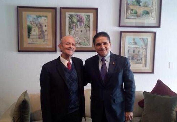 Michoacán está 'al límite de la ingobernabilidad', dijo Aureoles, que aparece con el gobernador Fausto Vallejo. (Twitter / @Silvano_A)