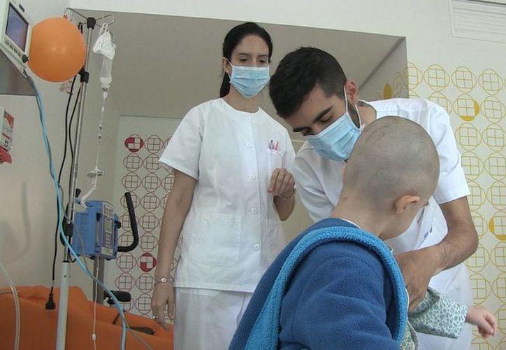 La farmaceútica Amgen ha logrado terapias que mejoran la calidad de vida de estos pacientes. Imagen de contexto de personal médico atendiendo a un menor con cáncer. (Archivo/SIPSE)