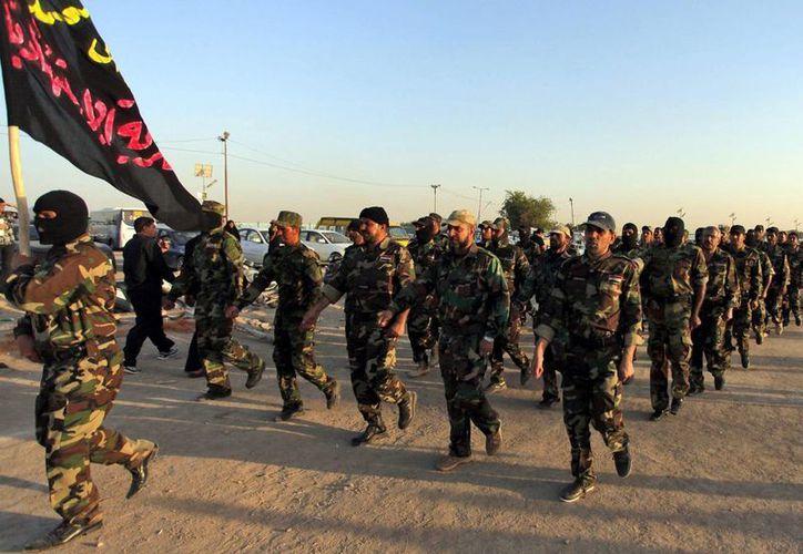 Voluntarios iraquíes que apoyan a las tropas de su país contra los milicianos desfilan durante su entrenamiento en Nayaf, sur de Irak. (EFE/Archivo)