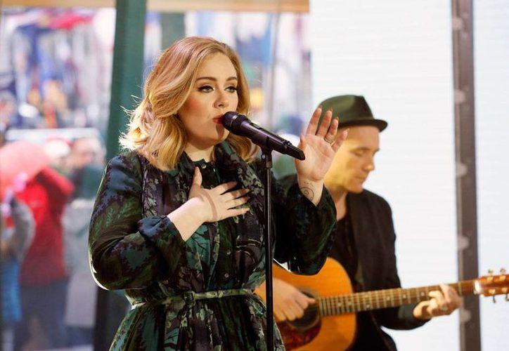 La cantante Adele vendió más de 3 millones de copias, durante una semana, del nuevo álbum '25'. (Archivo/AP)