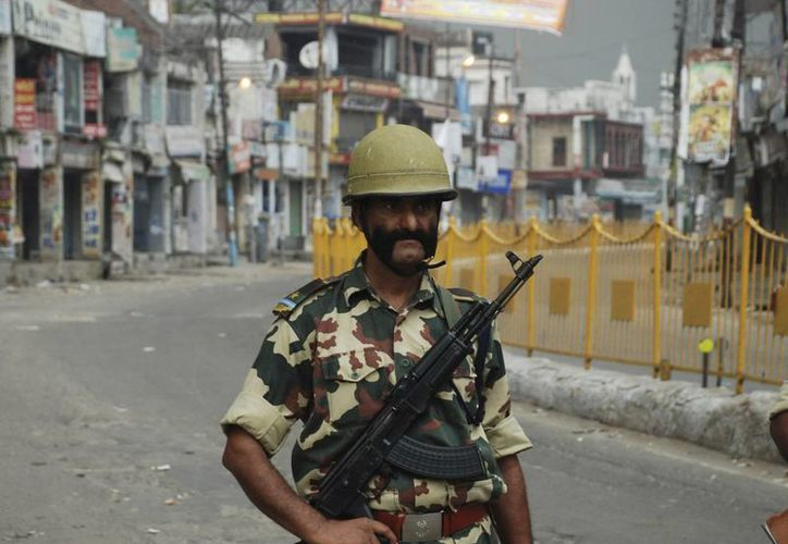 Un soldado indio haciendo guardia en una calle desierta en el distrito de Muzaffarnagar en Uttar Pradesh, India. (EFE)