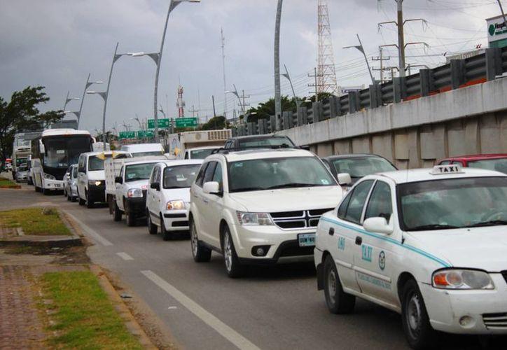 Largas filas de vehículos se formaron ayer en la zona donde se da mantenimiento a los puentes de Playa del Carmen. (Daniel Pacheco/SIPSE)