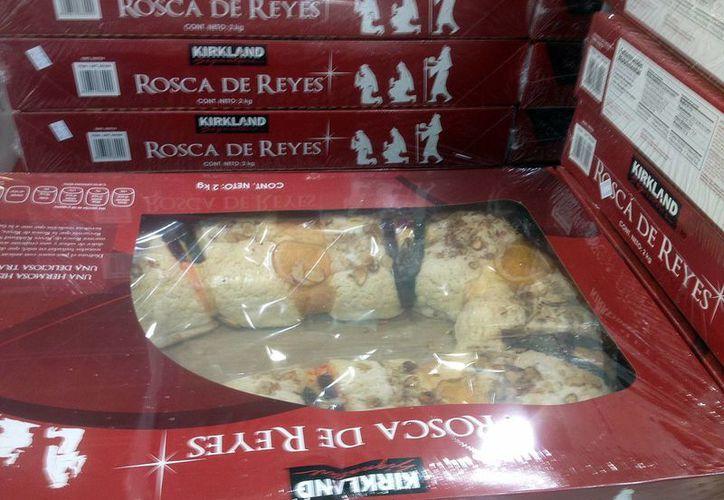 Las roscas de reyes son de diferentes tamaños y precios. (Luis Soto/SIPSE)
