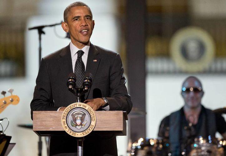El presidente Barack Obama, en anticipación al Día de los Veteranos, rindió este sábado un tributo a los hombres y mujeres de las fuerzas militares. (Agencias)