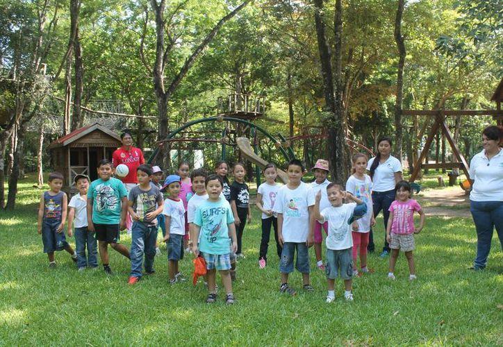Fueron 40 niños de seis a 11 años de edad, los cuales son cuidados por 30 personas, entre ellos jóvenes monitores. (Harold Alcocer/SIPSE)