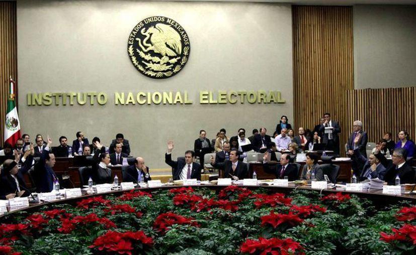 El semanario Desde la fe señaló que el INE no solo carga con el debilitamiento de los institutos locales cercado en sus atribuciones, sino también 'con la maltrecha reforma política de la Ciudad de México'. (Archivo/Notimex)