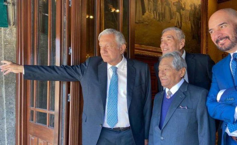 El Presidente en compañía de miembros de la Sociedad de Autores y Compositores de México. (Foto: redes sociales)