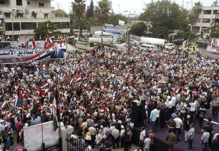 Imagen de varios ciudadanos celebrando la reelección del presidente sirio, Bachar al Asad en las calles de la provincia de Latakia, Siria. (EFE)