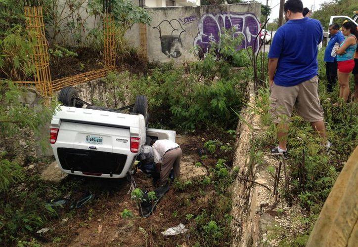 Una camioneta Ford, tipo Ecosport, se volcó en un terreno de la avenida Politécnico. (Redacción/SIPSE)