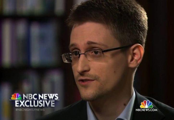 Snowden asegura que no recibe apoyo ni dinero por parte del gobierno de Rusia, donde se encuentra bajo asilo desde hace poco menos de un año. (AP)