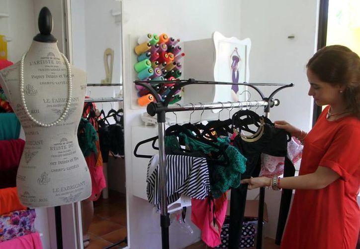 Sofía Palmero hizo de un pasatiempo un negocio y ahora se sostienen gracias a él: diseña trajes de baño, una actividad creciente en Yucatán. (SIPSE)