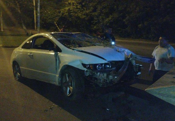 Un conductor en estado de ebriedad, que se presentó como sargento, chocó contra un poste en Cozumel. (Irving Canul/SIPSE)