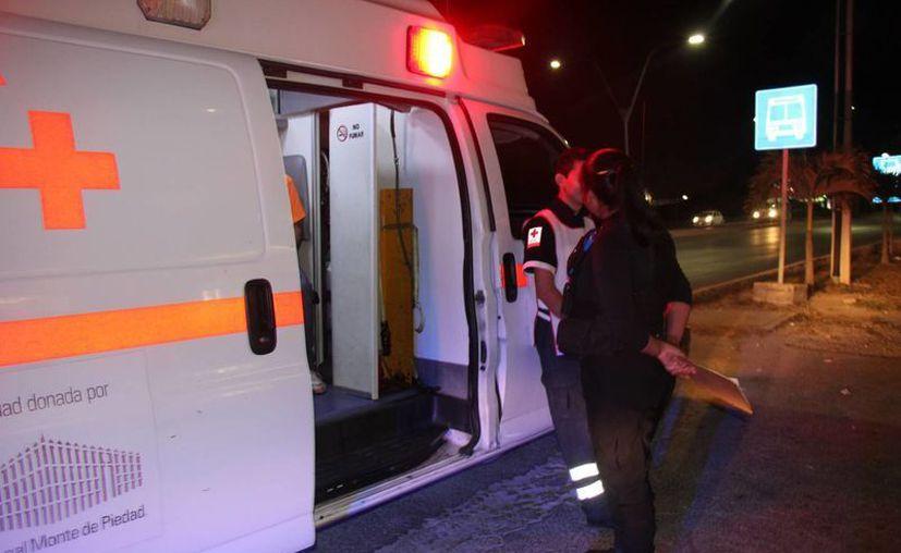 Paramédicos atendieron al lesionado, luego lo trasladaron al hospital. (Redacción)