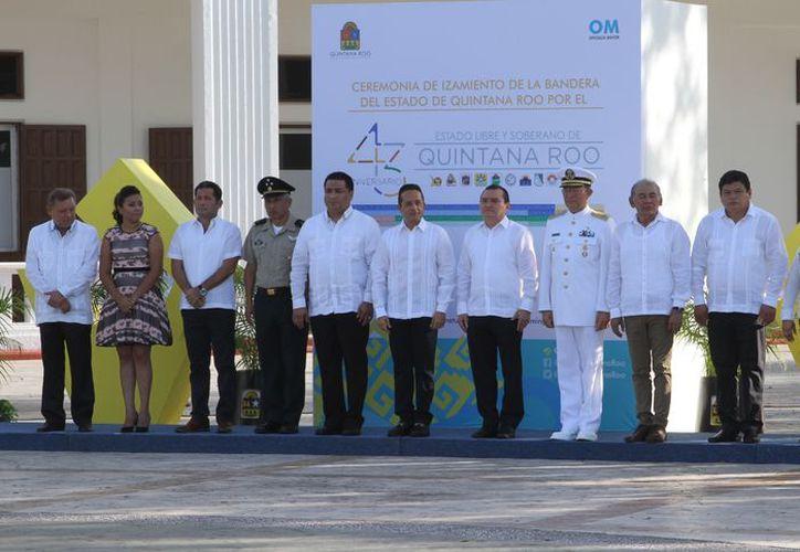 Los festejos iniciaron con el izamiento de la bandera con el escudo de la Entidad, en la plaza cívica del Palacio de Gobierno. (SIPSE)