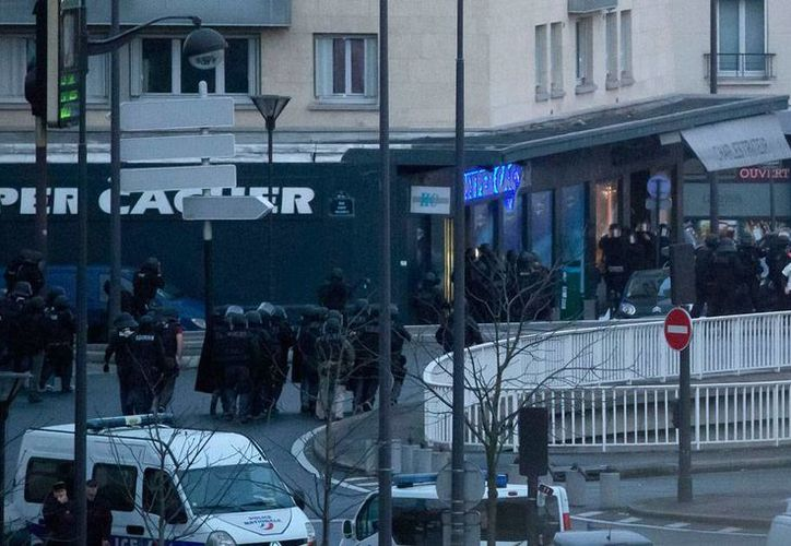 Fuerzas de seguridad rodean el mercado en donde un presunto terroristas tomó como rehenes a varias personas, en París, Francia. (AP)