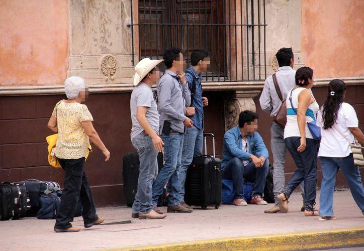 Muchos paisanos regresan para pasar las fiestas navideñas con sus familias. Imagen de un grupo de visitantes en el centro de la Ciudad. (José Acosta/SIPSE)