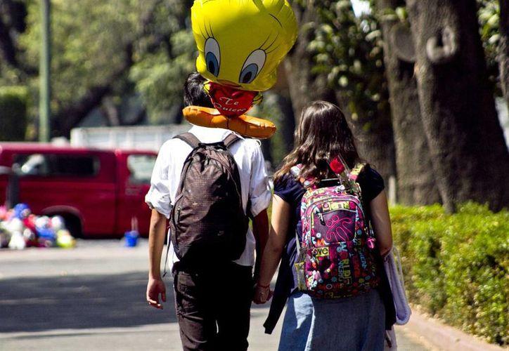 Los mexicanos suelen festejar el Día del Amor y la Amistad junto a sus parejas, amigos y con personas conocidas.(Archivo/SIPSE)