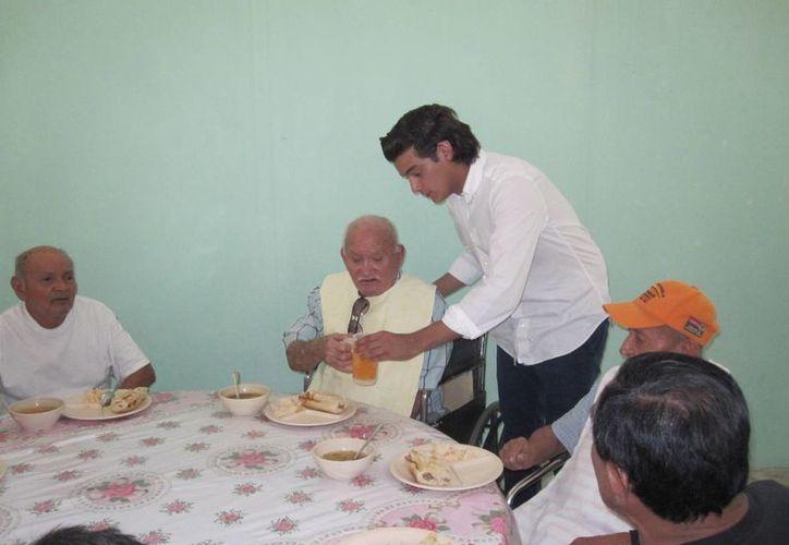 Integrantes de Jóvenes Unidos por Yucatán atienden a abuelitos del albergue San Joaquín de Progreso. (SIPSE)