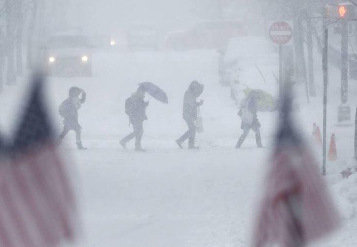 Las clases en las escuelas y los servicios de los tribunales de la ciudad fueron suspendidos debido a la tormenta de nieve que azota la ciudad. (AP/Julio Cortez)
