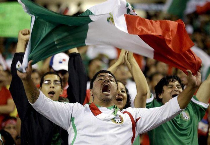 Los mexicanos festejaron en grande el triunfo del Tri, aunque la Selección no termina de convencer en la cancha. (Agencias)