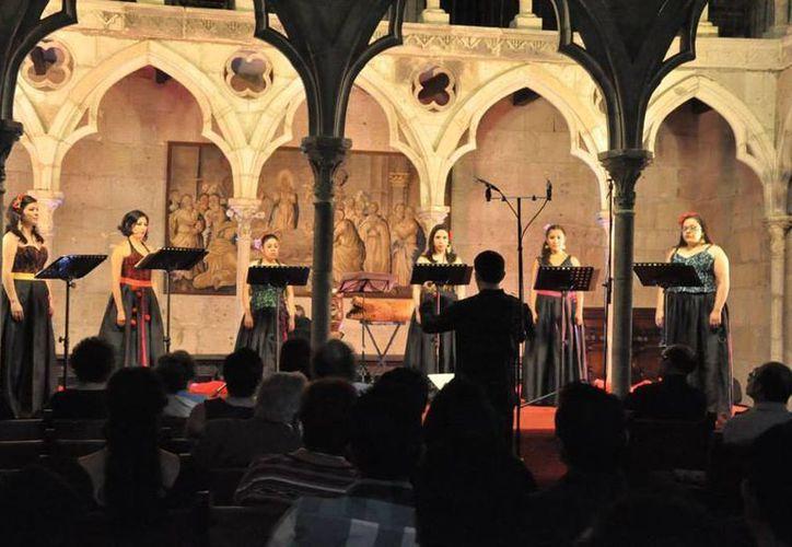 Imagen del concierto de la agrupación vocal Túumben Paax en la Capilla Gótica en la Ciudad de México. (Tomada del Facebook Túumben Paax)