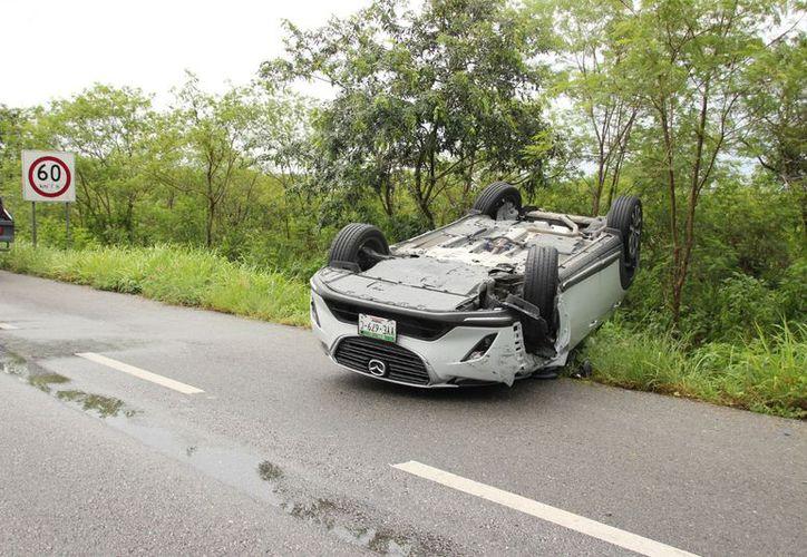 El segundo vehículo se impactó contra el Mazda de placas YYE679C, cuya guiadora perdió el control del volante y volcó. (SIPSE)