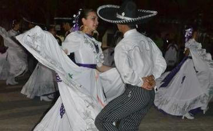 El director y representante del ballet, realizó un intercambio de obsequios característicos de su natal Zacatecas. (Redacción/SIPSE)