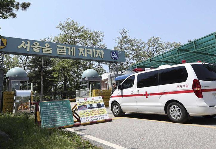 Una ambulancia militar entra a un campo de entrenamiento militar en Seúl, Corea del Sur. (Agencias)