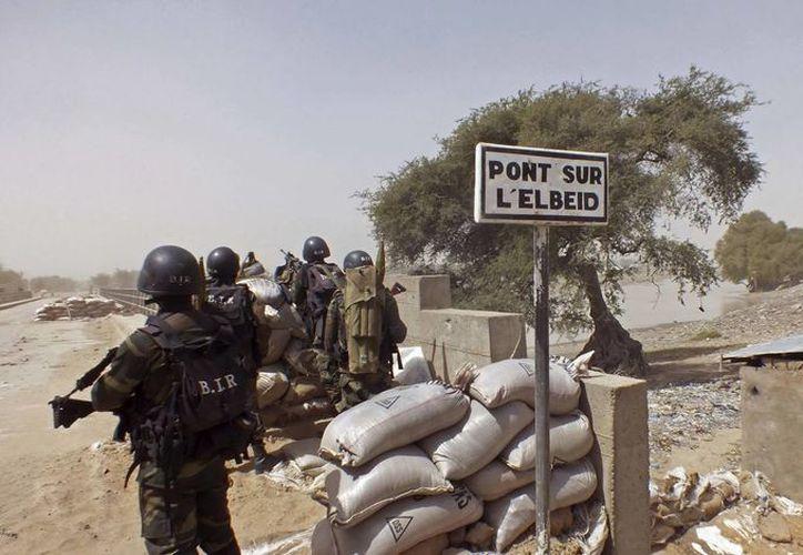 Los soldados de Camerún se colocan en guardia en un puesto de observación cuando participan en operaciones contra el grupo de extremistas islámicos Boko Haram. (AP/Edwin Kindzeka Moki)