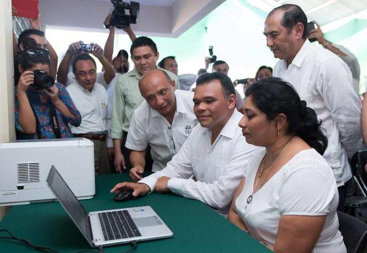 El Mandatario inició la entrega computadoras a 10 mil docentes de educación básica, en la primaria 'Eduardo Urzaiz Rodríguez' del fraccionamiento del Parque. (Cortesía)